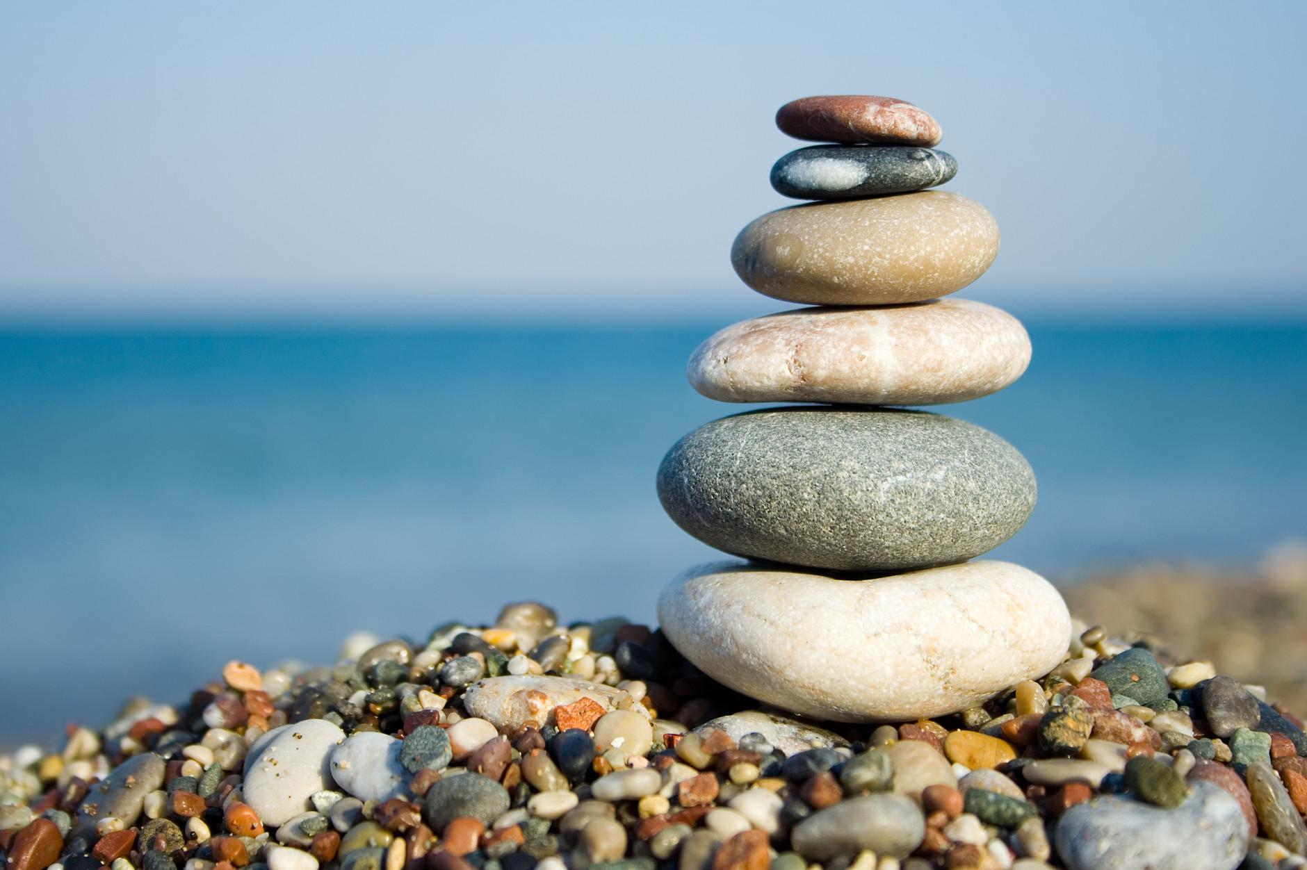 Staplade stenar med havet i bakgrunden