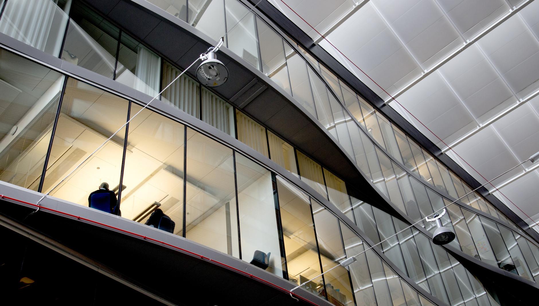 Exteriör av kontorslokal med fönster och siluetter på Lindholmen