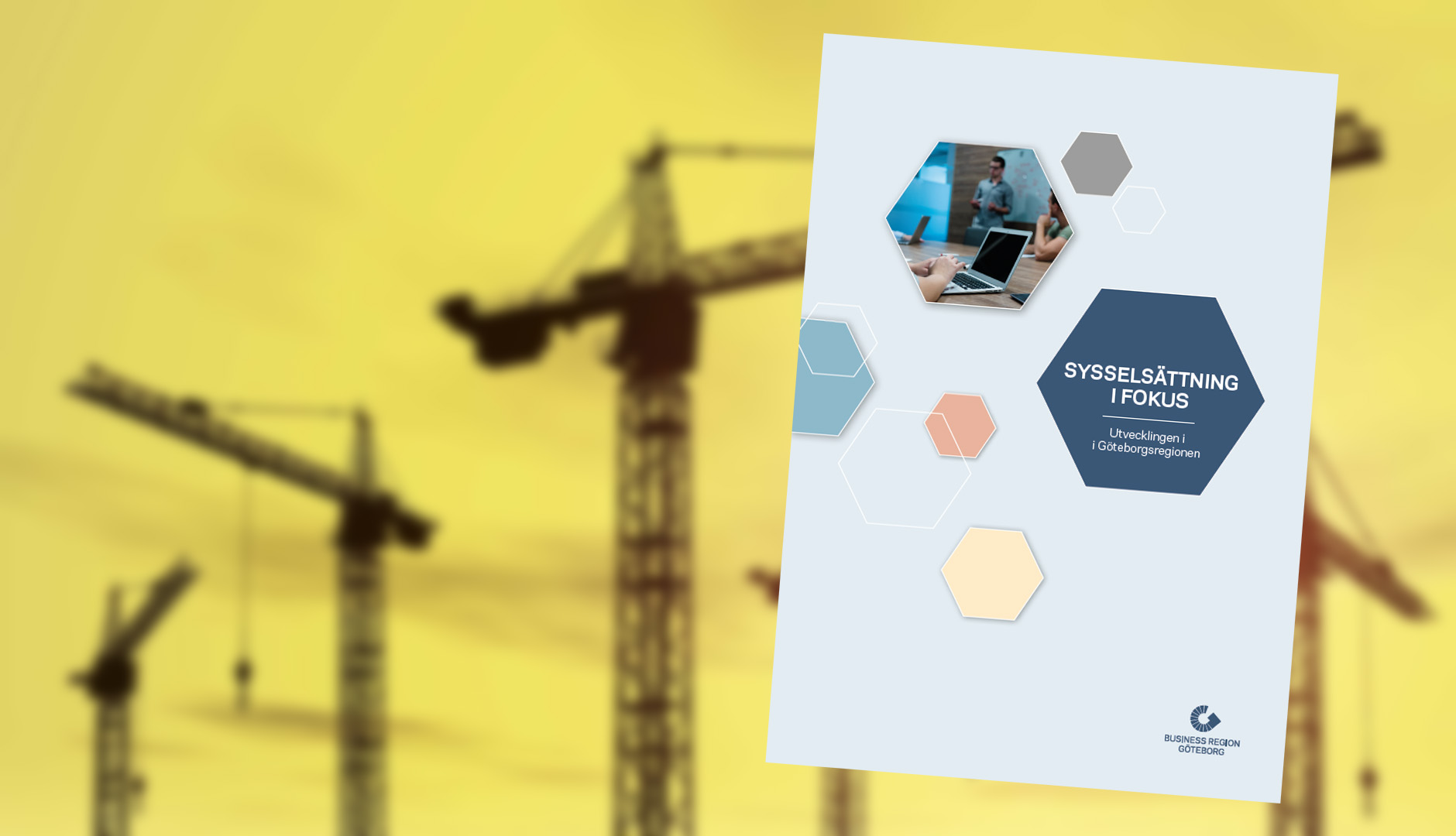 Sysselsättningsrapport mot bakgrund av byggkranar i skymningsljus