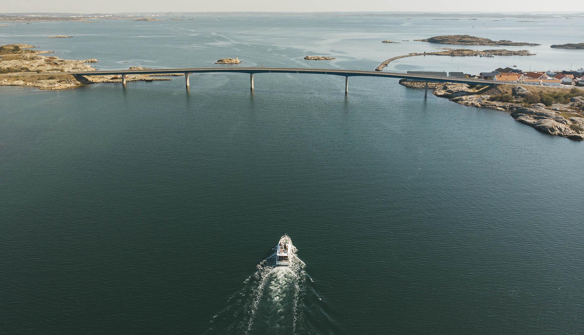 Fritidsbåt på väg att passera bro