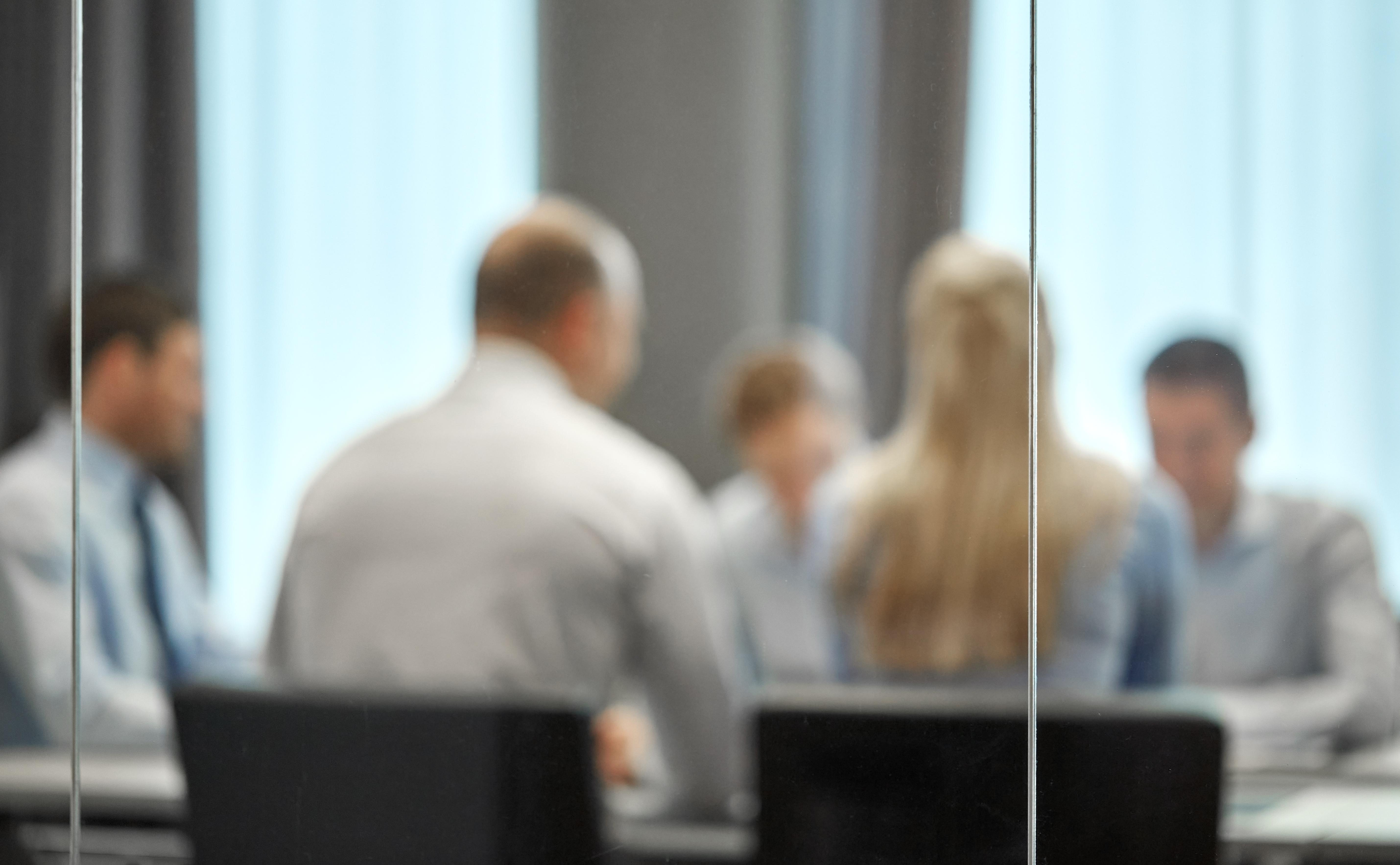 Suddig bild på människor i konferensrum