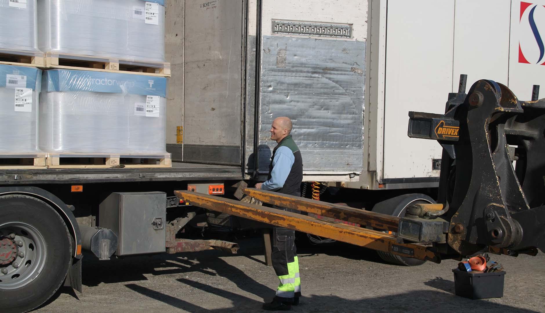 David Ivarsson lastar av och på med truck