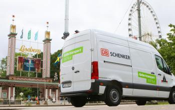 Schenker paketbil utanför Liseberg
